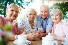 Les couples aînés heureux utilisent l'ordinateur Image libre de droits
