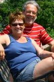 Les couples aînés se reposent sur un banc Photographie stock libre de droits