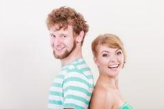 Les couples affectueux équipent embrasser son amie dans la joue Photographie stock libre de droits