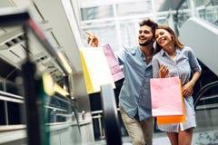 Les couples affectueux attrayants heureux ont plaisir à faire des emplettes ensemble Photos stock