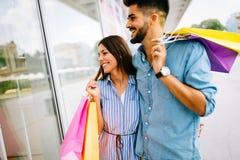 Les couples affectueux attrayants heureux ont plaisir à faire des emplettes ensemble Photos libres de droits