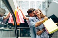 Les couples affectueux attrayants heureux ont plaisir à faire des emplettes ensemble Images libres de droits