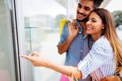 Les couples affectueux attrayants heureux ont plaisir à faire des emplettes ensemble Photo stock