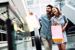Les couples affectueux attrayants heureux ont plaisir à faire des emplettes ensemble Image stock