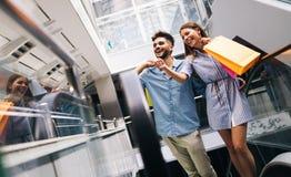 Les couples affectueux attrayants heureux ont plaisir à faire des emplettes ensemble Photo libre de droits