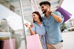 Les couples affectueux attrayants heureux ont plaisir à faire des emplettes ensemble Image libre de droits