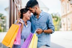 Les couples affectueux attrayants heureux ont plaisir à faire des emplettes ensemble Photographie stock libre de droits