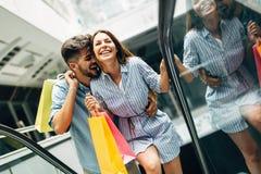 Les couples affectueux attrayants heureux ont plaisir à faire des emplettes ensemble Photographie stock