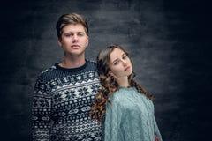 Les couples affectueux en hiver chauffent des pulls Photo stock