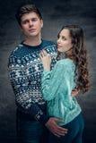 Les couples affectueux en hiver chauffent des pulls Image stock