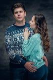 Les couples affectueux en hiver chauffent des pulls Photos libres de droits