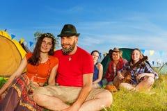 Les couples affectueux mignons appréciant le camp se déclenchent avec des amis Image libre de droits