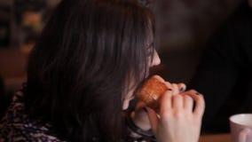 Les couples affectueux ont giflé par des menottes mangeant un croissant et buvant du café dans un café banque de vidéos