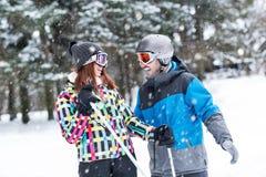 Les couples apprécient au sommet de la haute montagne Images libres de droits