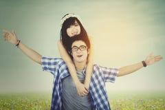 Les couples apprécient la liberté au champ avec le filtre d'instagram Photographie stock libre de droits