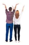 Les couples arrières de vue regardant le mur et les prises remettent  Photographie stock