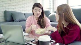 Les couples asiatiques lesbiens utilisant l'ordinateur portable faisant le budget dans le salon à la maison, les couples doux app clips vidéos