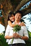 les couples asiatiques stationnent le temps de dépense Photographie stock