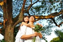 les couples asiatiques stationnent le temps de dépense Photos stock