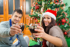 Les couples attrayants appréciant Noël chronomètrent le celebrat potable de vin Image stock