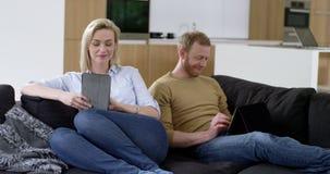 Les couples attrayants détendent à l'aide des comprimés clips vidéos