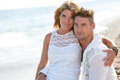 Les couples attrayants se ferment vers le haut sur la plage. Photos libres de droits
