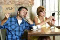Les couples au téléphone portable de café s'adonnent à la femme ignorant l'homme frustrant demandant l'aide Photo stock