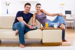les couples autoguident des jeunes Image libre de droits