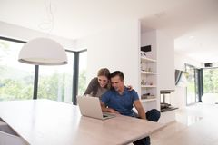 les couples autoguident l'ordinateur portatif utilisant Photo libre de droits