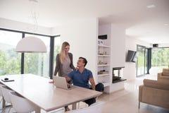 les couples autoguident l'ordinateur portatif utilisant Image stock