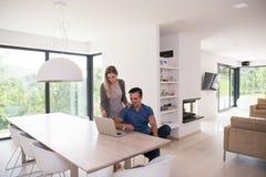 les couples autoguident l'ordinateur portatif utilisant Photographie stock libre de droits