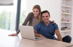 les couples autoguident l'ordinateur portatif utilisant Images stock