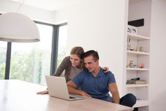 les couples autoguident l'ordinateur portatif utilisant Photos libres de droits
