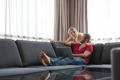 les couples autoguident l'ordinateur portatif utilisant Image libre de droits