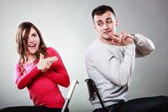 Les couples ayant l'amusement feignent des mains que les doigts sont des armes à feu image libre de droits