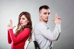 Les couples ayant l'amusement feignent des mains que les doigts sont des armes à feu Photos stock