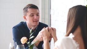Les couples célèbrent le jour du ` s de Valentine avec le dîner romantique dans le restaurant banque de vidéos