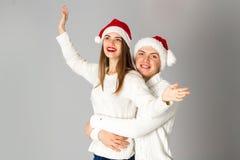 Les couples célèbrent Noël dans le studio Photos stock