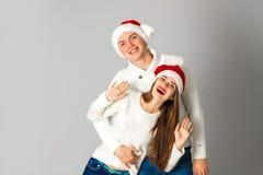 Les couples célèbrent Noël dans le studio Images stock