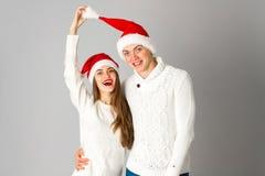 Les couples célèbrent Noël dans le studio Photo libre de droits