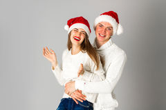 Les couples célèbrent Noël dans le studio Image libre de droits
