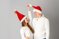 Les couples célèbrent Noël dans le studio Photos libres de droits