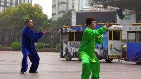 Les couples chinois pratiquent Tai Chi dans la route Changhaï Chine de Nanjing banque de vidéos