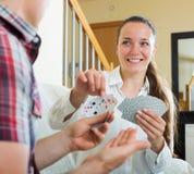 Les couples communiquent tout en jouant des cartes Photo stock
