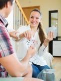 Les couples communiquent tout en jouant des cartes Photographie stock