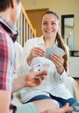 Les couples communiquent tout en jouant des cartes Photos stock