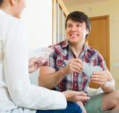 Les couples communiquent tout en jouant des cartes Image stock
