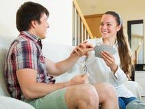 Les couples communiquent tout en jouant des cartes Image libre de droits