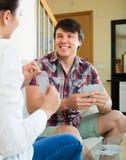 Les couples communiquent tout en jouant des cartes Photo libre de droits