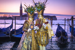 Les couples costumés sur le San Marco ajustent pendant le carnaval dans Venic Images stock